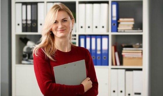happy-smiling-blond-businesswoman-holdig-picture-id1090978422